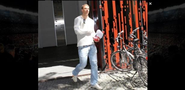 A imagem do goleiro Neuer engessado é propagada pelas redes sociais e preocupa Alemanha