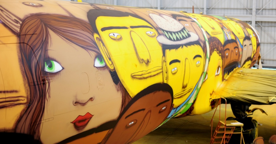 O avião que vai transportar a seleção na Copa foi grafitado pelos gêmeos Otávio e Gustavo Pandolfo no hangar da Gol em Belo Horizonte