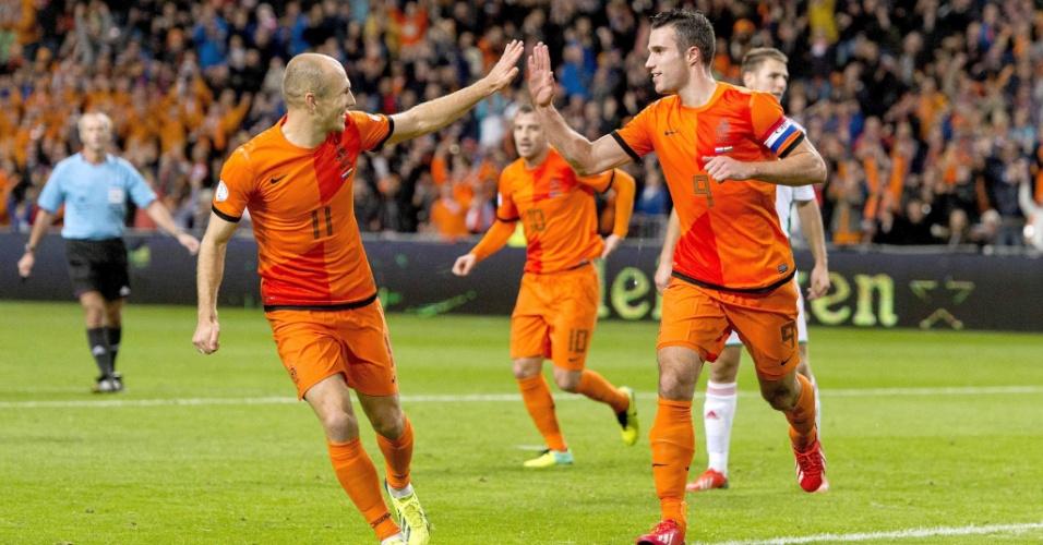 Robben e Van Persie comemoram gol da Holanda durante eliminatórias da Copa