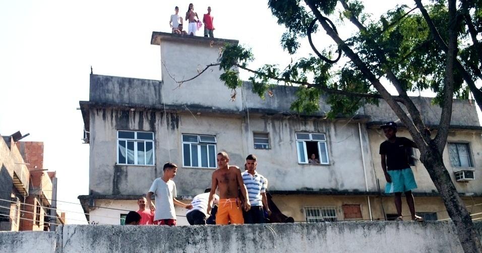20. mai. 2014 - Moradores de comunidade carente do Rio de Janeiro buscam melhor lugar para ver famosos em lançamento de projeto social