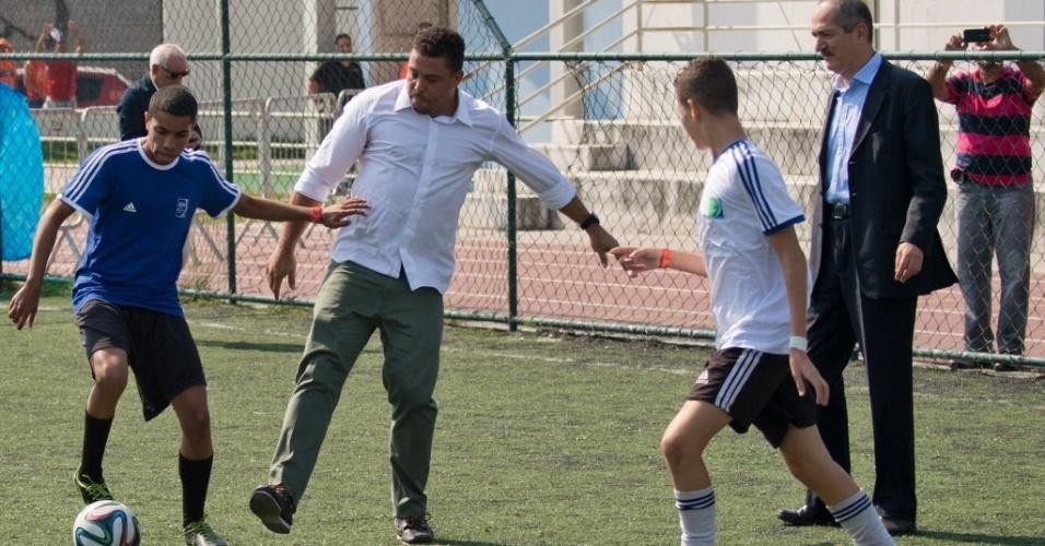 20. mai. 2014 - Ronaldo bate bola com crianças em evento de laçamento de projeto social Football for Hope