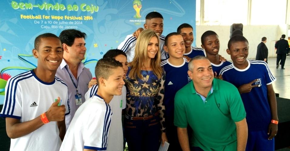 20.05.14 - Fernanda Lima posa com crianças no lançamento do projeto