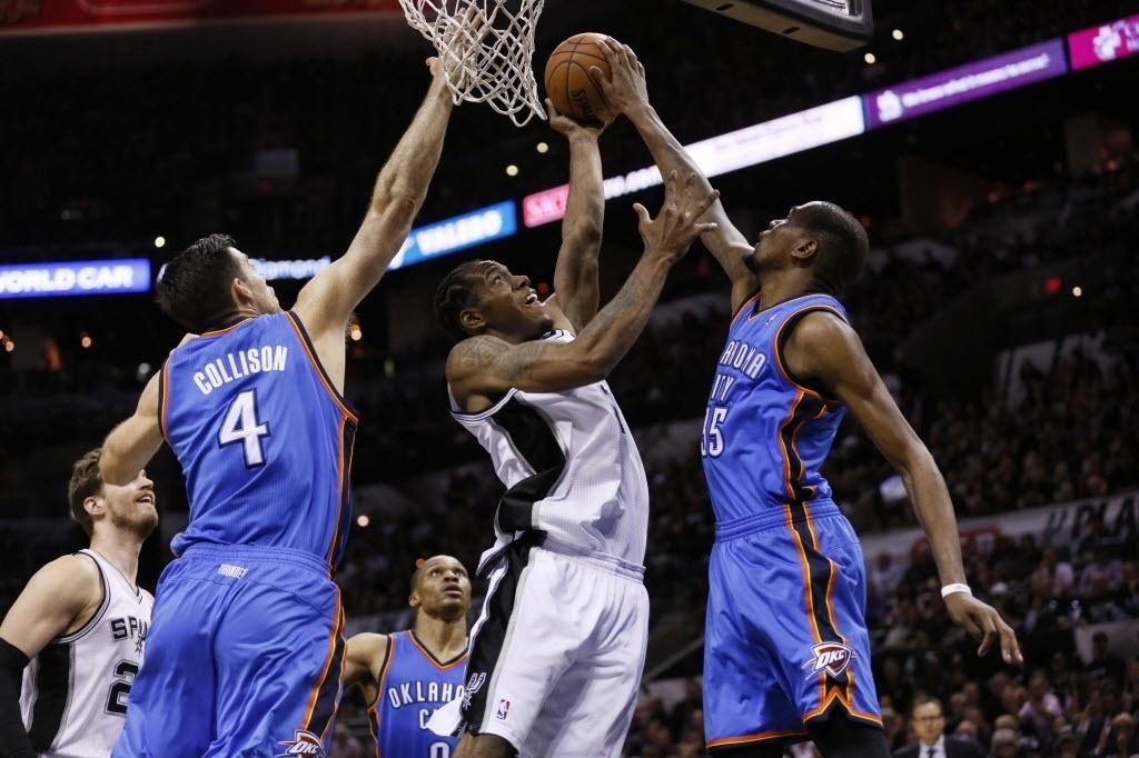 20.mai.2014 - Kawhi Leonard, do Spurs é bloqueado por Kevin Durant no primeiro duelo das finais da Conferência Oeste da NBA