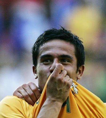 A Austrália perdia para o Japão na Copa de 2006 até os 39 min. do 2° tempo, quando Tim Cahill empatou o jogo. Cinco minutos depois, Cahill virou e, depois, assistiu a Aloisi fechar a conta em 3 a 1; com aquele resultado, a Austrália passou de fase; Herói nacional, é o líder do time que virá para a Copa de 2014
