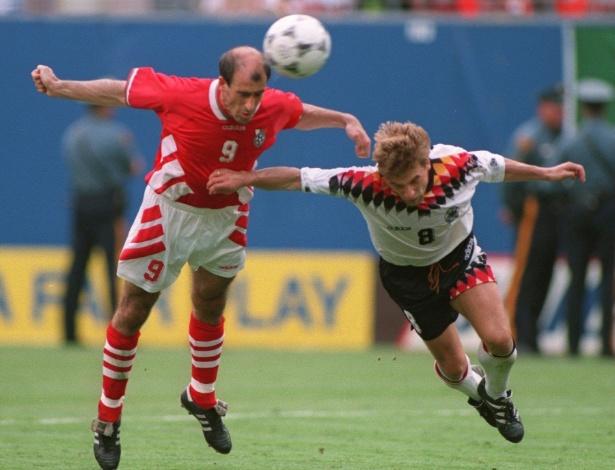 A Bulgária chegou às semifinais da Copa de 1994 ao bater a Alemanha por 2 a 1 nas quartas, no melhor resultado da história do país no futebol; se Stoichkov, principal jogador búlgaro da história, empatou o duelo, foi o carequinha Letchkov que fez o gol que mudou a história da Bulgária em Copas (na foto, a cabeçada que entrou para a história)