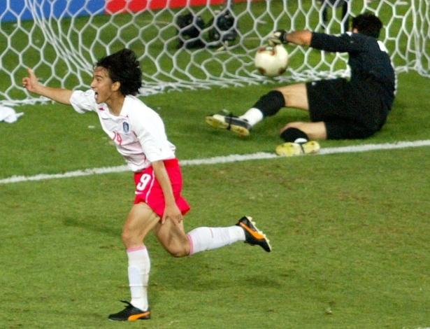 """A Coreia do Sul tem como principal vitória na história das Copas o 2 a 1 sobre a Itália nas oitavas de final de 2002, no chamado """"gol de ouro"""". O responsável foi Ahn Jung-Hwan, que bateu Buffon (foto) com gol de cabeça e, depois, acabou demitido do Perugia, clube italiano pelo qual atuava à época"""
