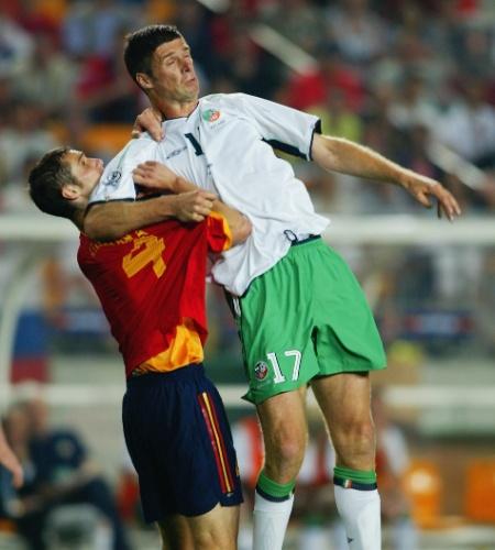 """A Irlanda quase eliminou a Espanha nas oitavas da Copa de 2002, perdendo só nos pênaltis. E isso graças a um """"gigante"""" de 1,93 m: Niall Quinn, que entrou no 2° tempo do jogo e sofreu o pênalti que salvou os irlandeses no tempo normal. A tática era a preferida dos irlandeses: jogar a bola para o alto e esperar o gigante cabecear. Deu certo"""