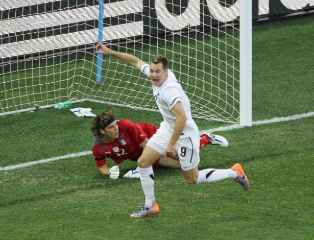 A Nova Zelândia terminou invicta na Copa de 2010 e na frente da Itália no Grupo F, com 3 pontos; isso só foi possível porque a seleção da Oceania empatou com os então campeões do mundo por 1 a 1. O herói autor do gol histórico? Shane Smeltz