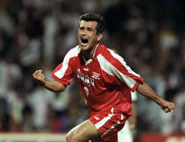 A vibração de Estili na foto não é à toa: ele fez o 1° gol da vitória por 2 a 1 sobre os EUA, inimigo político do Irã, na Copa de 1998. Estili e Mahdavikia (autor do 2° gol) são, então, dois ídolos nacionais no Irã pelo que fizeram na Copa da França