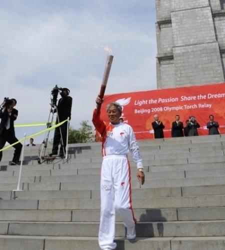 Esse senhor da foto carregando a tocha das Olimpíadas de Pequm-2008 tem história em Copas: em 1966, Pak Doo Ik fez o histórico gol da vitória da Coreia do Norte sobre a Itália, por 1 a 0, gol que classificou a Coreia e eliminou os italianos