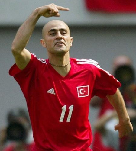 Hasan Sas abriu o placar para a Turquia contra o Brasil em 2002 e comemorou de cara feia, como se não ligasse. Na Copa, jogou mais que Hakan Sukur, capitão e de quem se esperava muito