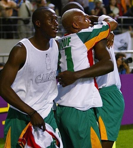 Khalilou Fadiga era o principal meia daquela equipe de Senegal; na foto, aparece à frente, com Diop e Diouf ao fundo. Antes da Copa, Fadiga chegou a roubar um colar de ouro de uma loja na Coreia do Sul