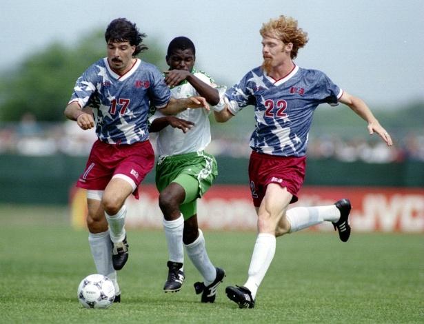 Marcelo Balboa (e) e Alexi Lalas foram dois zagueiros que conquistaram a idolatria dos EUA em 1994: 1) pelo carisma de suas cabeleiras; 2) pela boa dupla de zaga que formaram na Copa que o país sediou