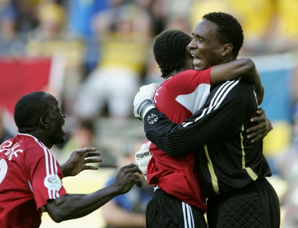 Trinidad & Tobago empatou por 0 a 0 com a Suécia em sua estreia em Copas, em 2006; o resultado só foi possível por causa do goleiro Shaka Hislop, que fez defesas fantásticas e segurou o ataque de Larsson e Ibrahimovic. Não à toa, na foto, seus companheiros lhe abraçam após o apito final