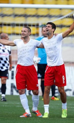 20.05.14 - Djokovic com um companheiro de equipe em partida de futebol beneficiente contra pilotos da F1 em Mônaco