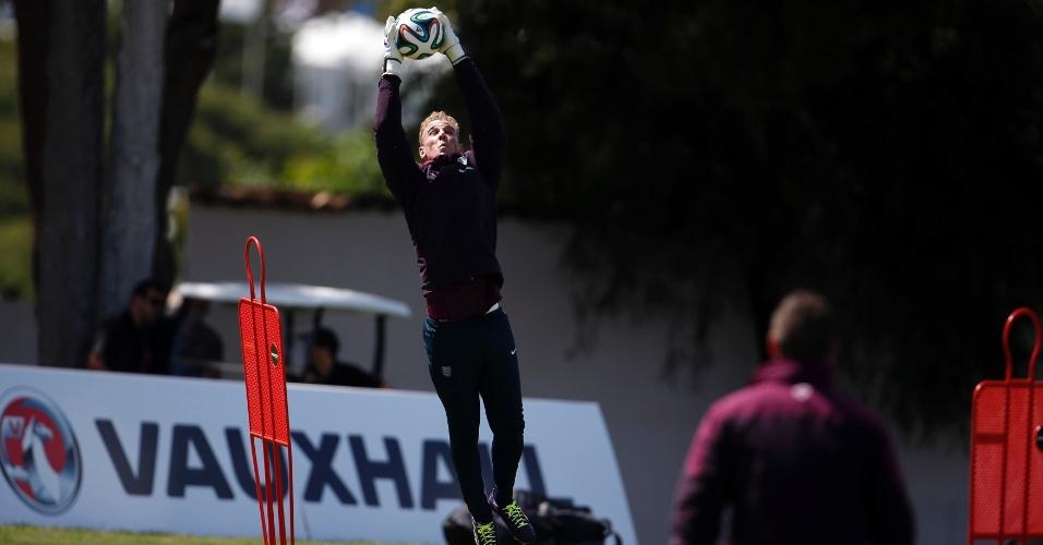 20.05.14 - Inglês Joe Hart faz defesa durante o treino de sua seleção em Portugal