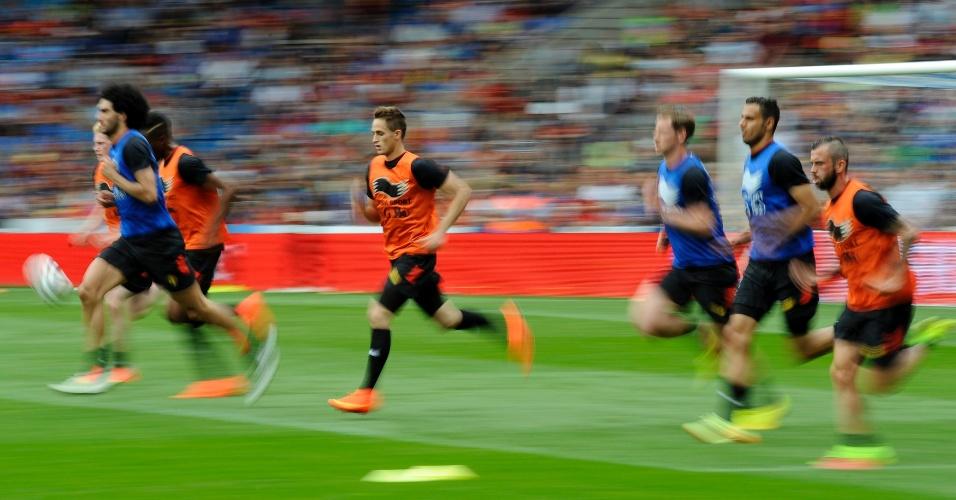 20.05.14 - Jogadores da Bélgica correm durante atividade da seleção europeia em Genk, dias antes da Copa do Mundo