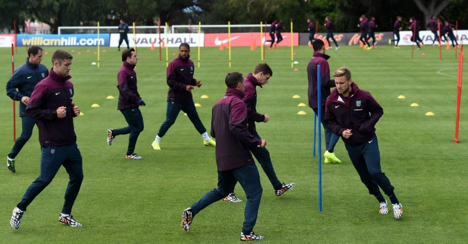 20.05.14 - Jogadores da Inglaterra se aquecem no treinamento no Vale do Lobo