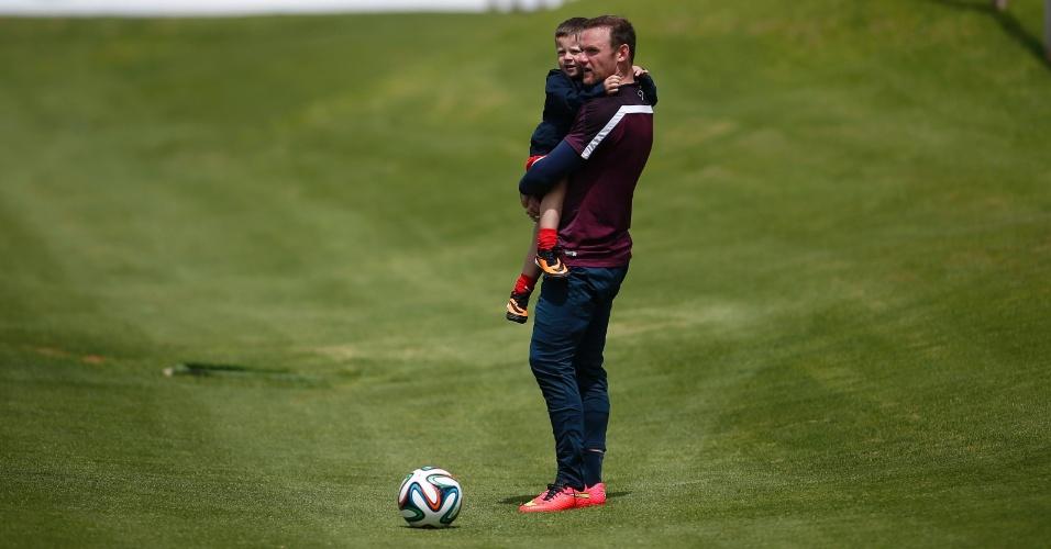 20.05.14 - Wayne Rooney brinca com o filho, Kai, durante treinamento da seleção inglesa no Vale do Lobo, em Portugal