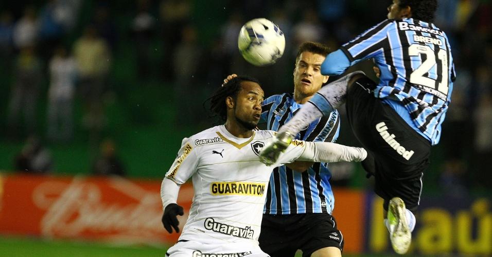 21.mai.2014 - Carlos Alberto, do Botafogo, divide bola com Breno, do Grêmio