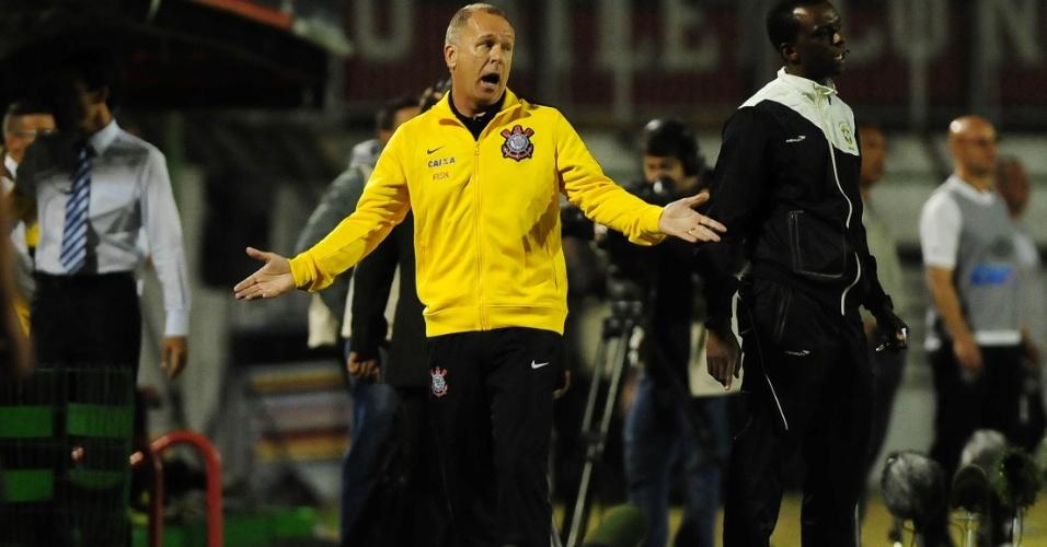 21.mai.2014 - Mano Menezes, técnico do Corinthians, reclama durante jogo contra o Atlético-PR