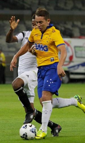 Everton Ribeiro disputa lance na partida entre Cruzeiro e Sport, no Mineirão, pelo Brasileirão