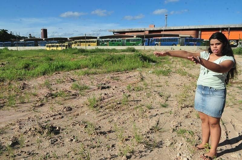 Moradora mostra o terreno onde deveria estar funcionando o Terminal Integrado de Camaragibe