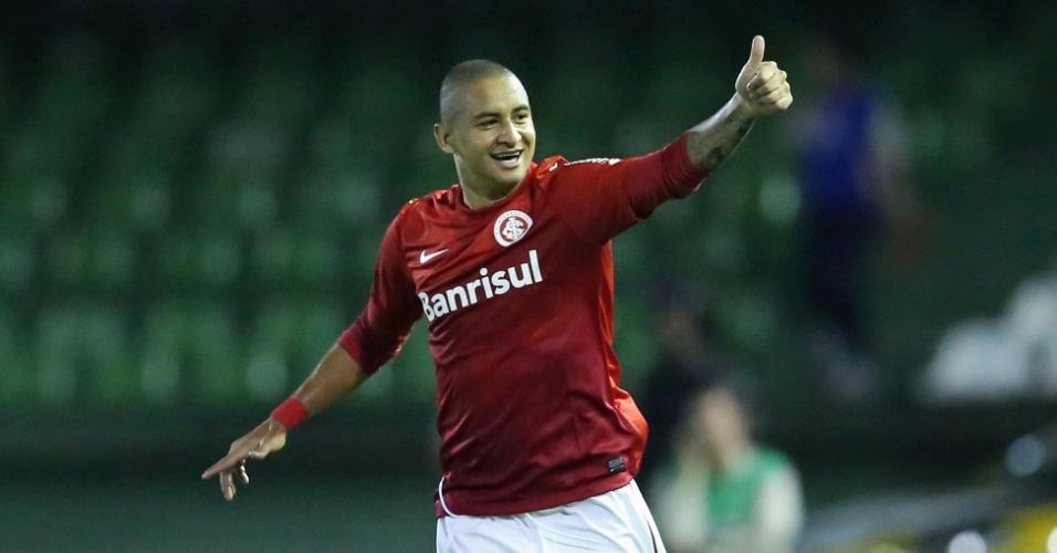 Wellington Paulista comemora gol do Inter contra o Coritiba pelo Brasileirão