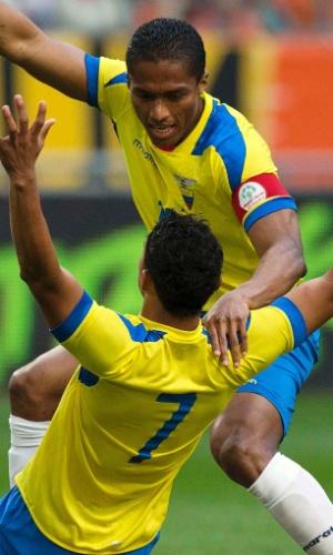 17.mai.2014 - Jefferson Montero (à frente) comemora com Antonio Valencia após marcar o gol do Equador no empate por 1 a 1 com a Holanda em amistoso disputado em Amsterdã