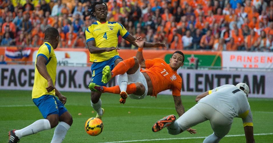 17.mai.2014 - Juan Paredes (nº 4), do Equador, disputa jogada com o holandês Memphis Depay durante amistoso em Amsterdã; partida terminou empatada por 1 a 1