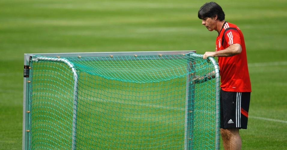 22.05.14 - Técnico Joachim Loew prepara gol durante treino da seleção da Alemanha