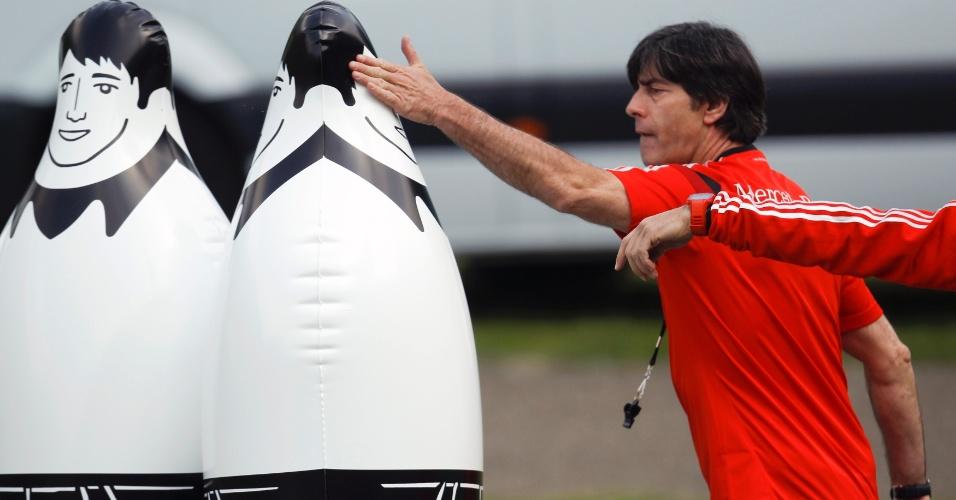 22.05.14 -Técnico Joachim Loew prepara barreira durante treino da seleção da Alemanha