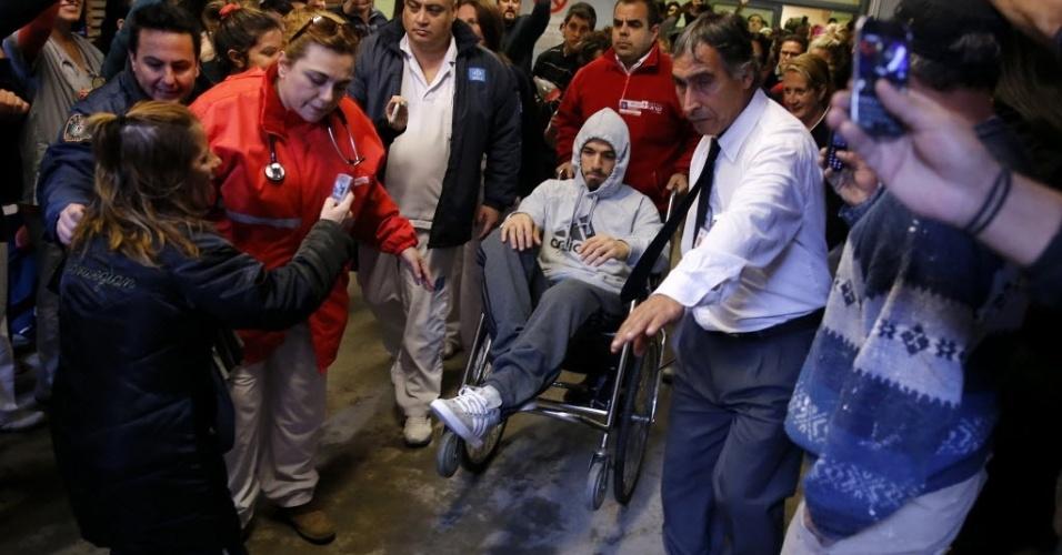22.mai.2014 - Luis Suárez, em cadeira de rodas, deixa hospital em Montevidéu após operação de menisco