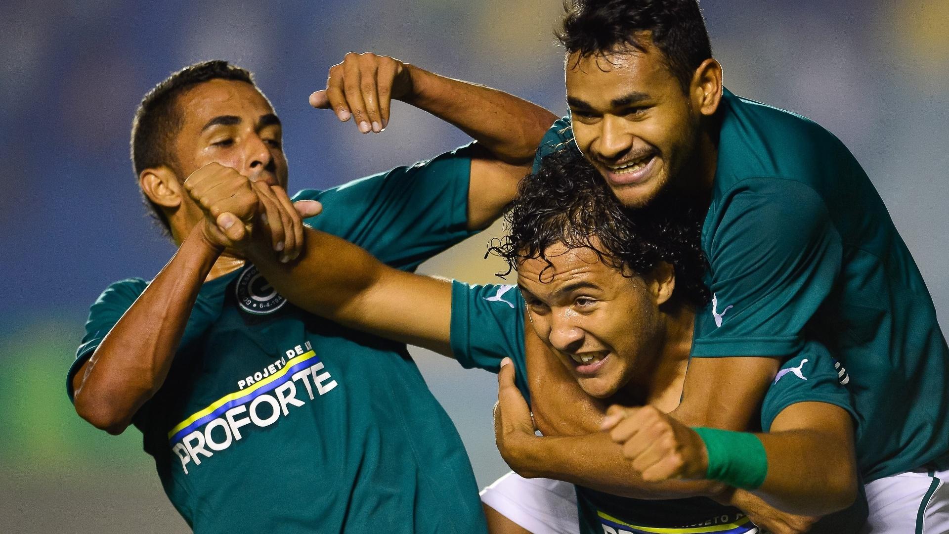 22.mai.2014 - Alex Alves é abraçado por companheiros de Goiás ao marcar o 1° do time sobre o Santos