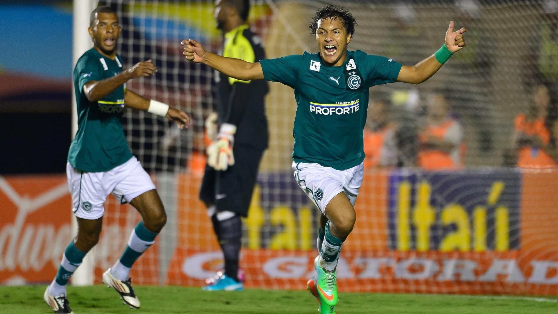 22.mai.2014 - Alex Alves sai para comemorar seu gol, o de empate do Goiás contra o Santos