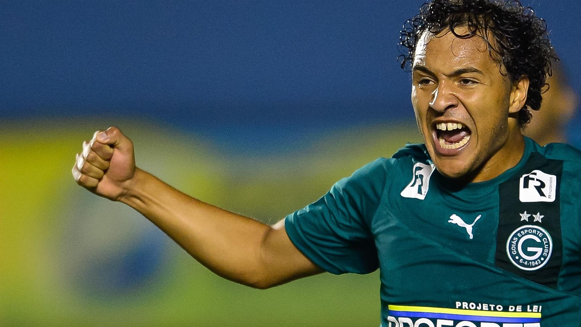 22.mai.2014 - Alex Alves vibra com seu gol, o 1° do Goiás sobre o Santos