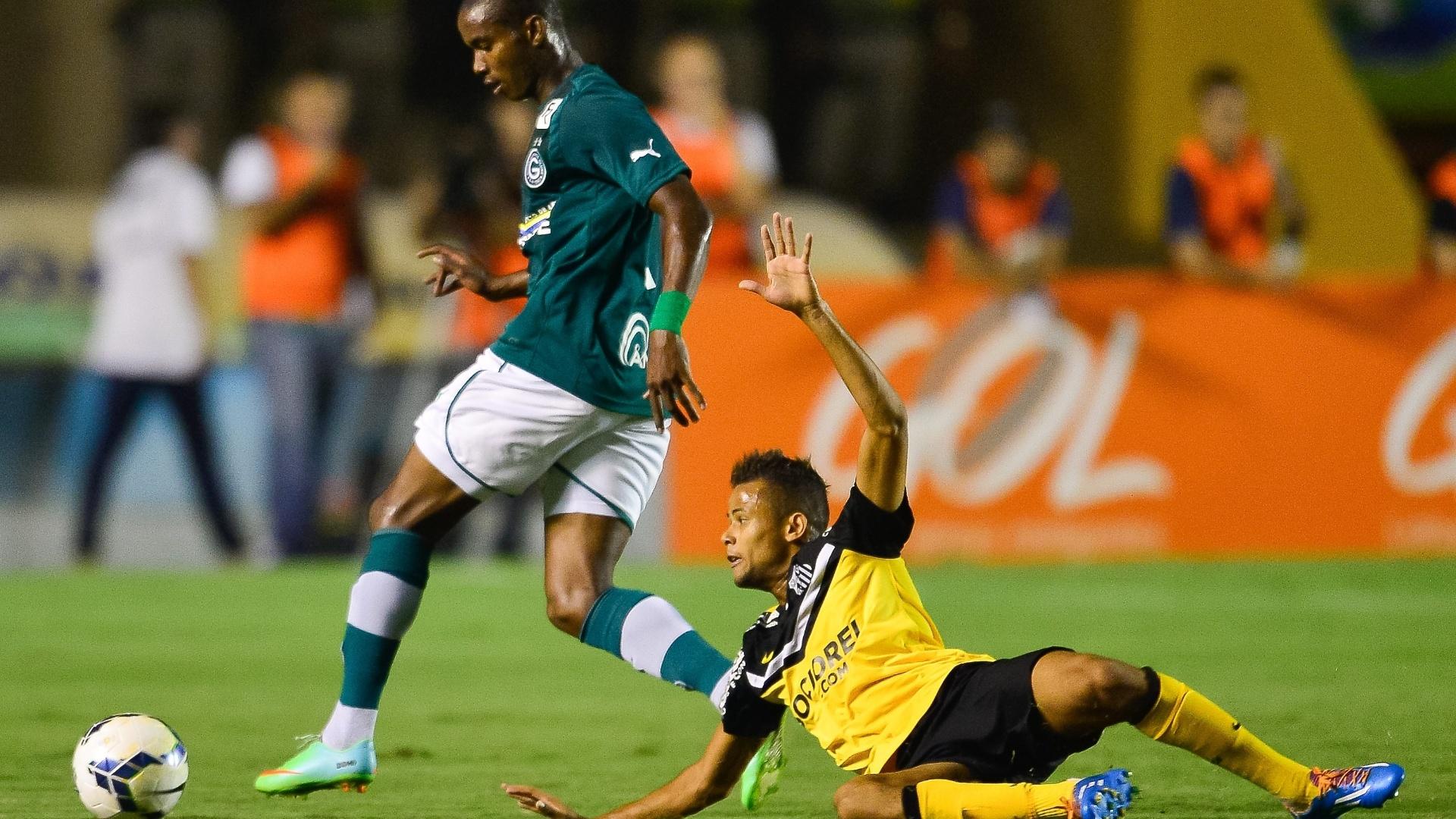 22.mai.2014 - Geuvânio cai durante disputa de bola com Thiago Mendes
