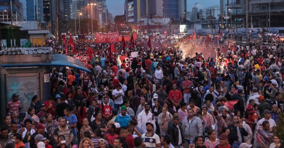 22.mai.2014 - Manifestação liderada pelo MTST, com participação de outros movimentos sociais, no Largo da Batata, em Pinheiros, São Paulo