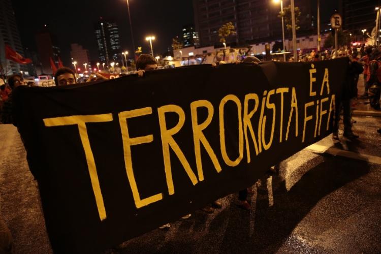 """22.mai.2014 - Manifestantes exibem faixa """"Terrorista é a Fifa"""" durante ato contra a Copa do Mundo em São Paulo"""