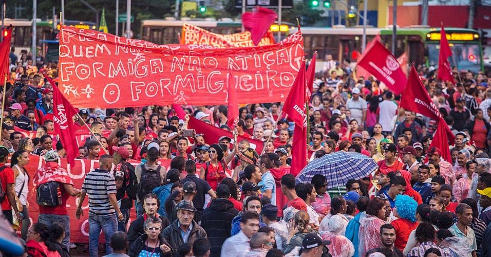 22.mai.2014 - Manifestantes fazem protesto contra a Copa do Mundo na região da Avenida Faria Lima, em São Paulo