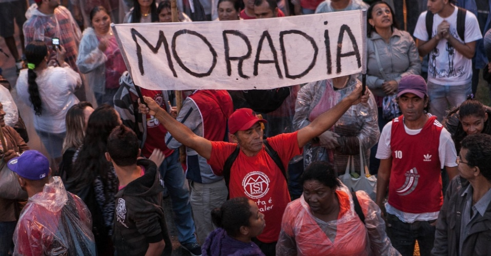 22.mai.2014 - Manifestantes pedem moradia durante ato contra a Copa do Mundo em São Paulo