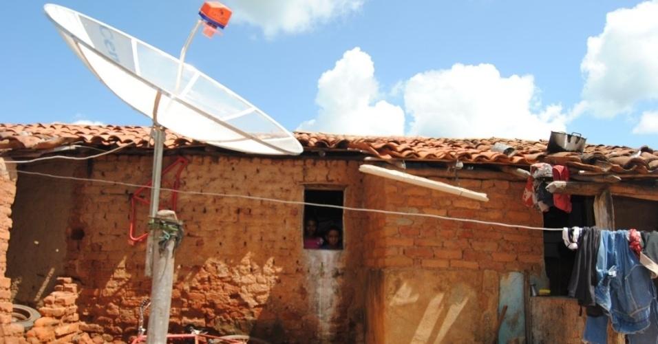 A casa de Francimar, com uma antena parabólica, destoa das demais na Serra da Estrela.