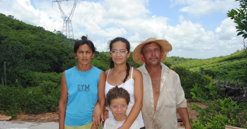 Ao lado da casa de Fortunato da Silva, que não tem energia, passa uma linha de alta tensão que liga os municípios de Jucás e Catarina