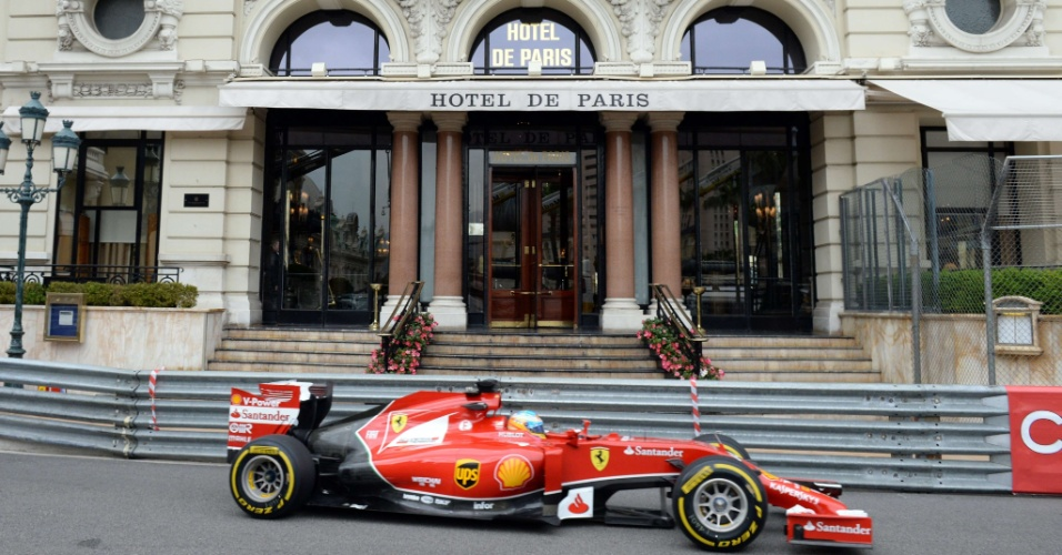 Fernando Alonso conduz sua Ferrari durante primeira sessão de treinos livres para o GP de Mônaco