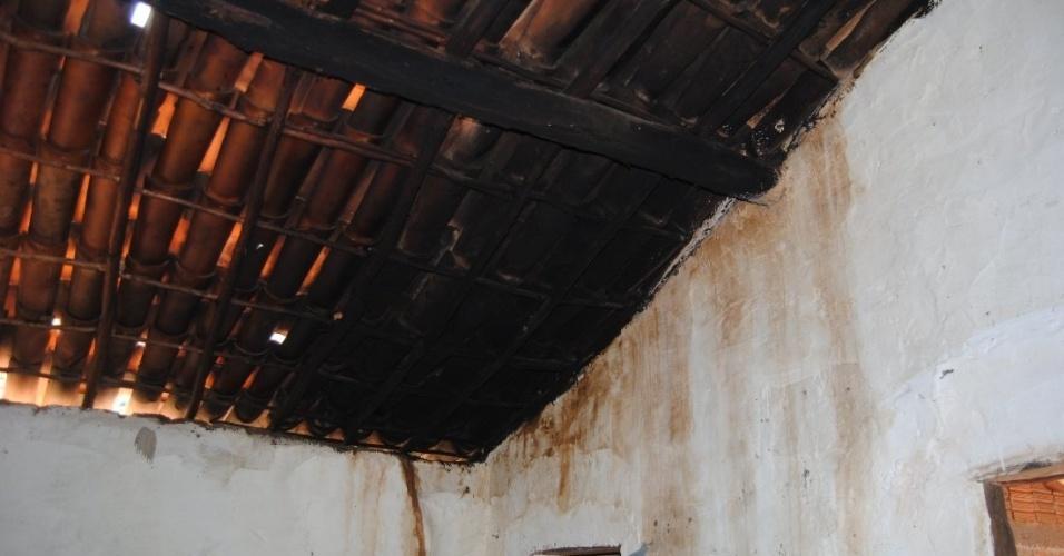 Lampiões a querosene deixam o teto das casas queimado, por isso há necessidade de troca periódica das telhas