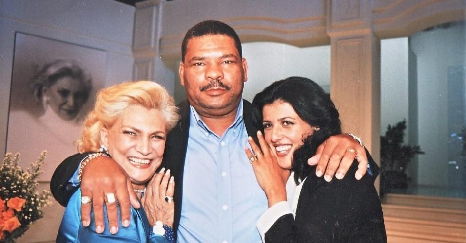 Maguila posa nos bastidores de programa com a apresentadora Hebe Camargo e com sua mulher, Irani Pinheiro