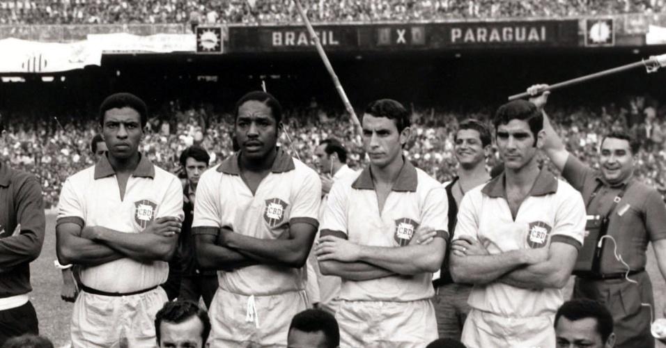 Joel Camargo com a seleção brasileira que venceu o Paraguai, no Maracanã, no dia 31/08/1969