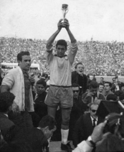 Mauro Ramos levanta a taça de campeão mundial em 1962