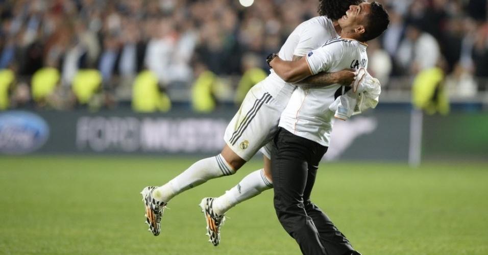 24.mai.2014 - Casemiro abraça e levanta Marcelo na vitória do Real Madrid