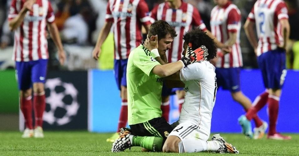 24.mai.2014 - Casillas e Marcelo celebram empate e Real mantém esperança de vencer a Liga